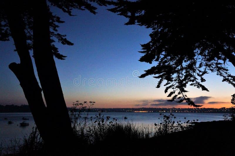 在佩洛斯Guirec海岸的日落在布里坦尼 免版税库存照片