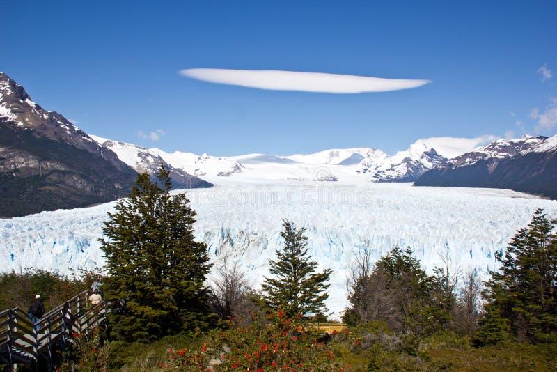 在佩里托莫雷诺冰川上的一朵透镜云彩 免版税库存照片
