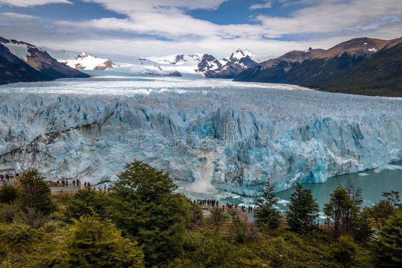 在佩里托莫雷诺冰川的冰产犊在巴塔哥尼亚的-埃尔卡拉法特,圣克鲁斯,阿根廷Los Glaciares国家公园 免版税图库摄影
