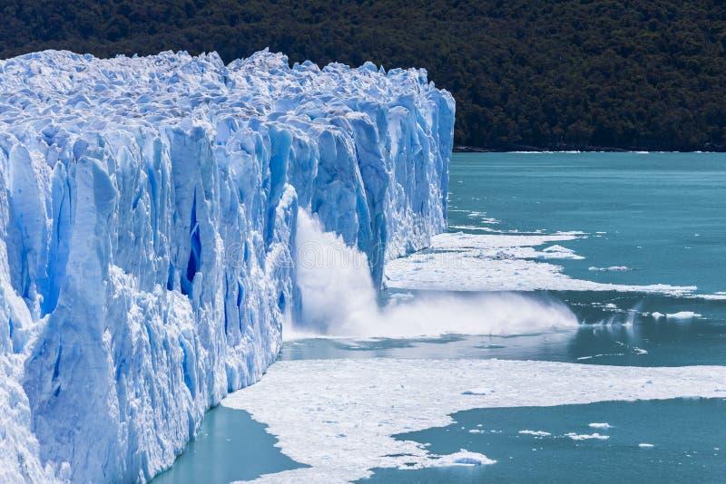 在佩里托莫雷诺冰川的冰产犊,在埃尔卡拉法特,巴塔哥尼亚,阿根廷 免版税库存图片