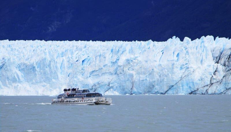 在佩里托莫雷诺冰川附近的阿根廷湖筏游览 免版税图库摄影