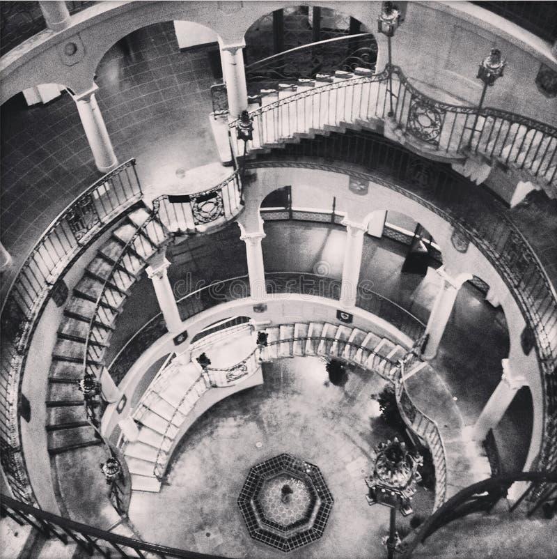 在使命旅馆河沿加利福尼亚的黑白古色古香的rotundra楼梯 库存照片