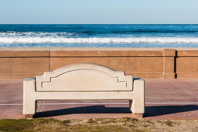 在使命海滩木板走道的长凳在圣地亚哥 免版税库存照片