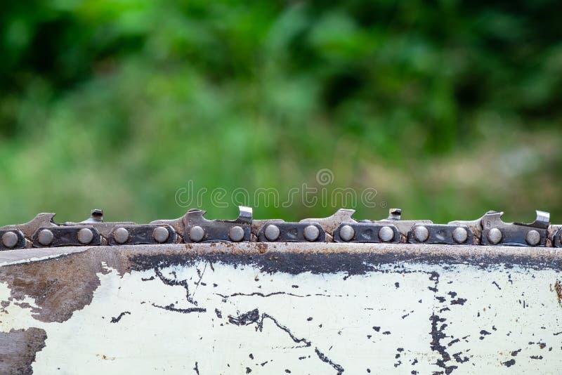 在使用以后的锯刀片在森林背景,专业Equ 免版税库存照片