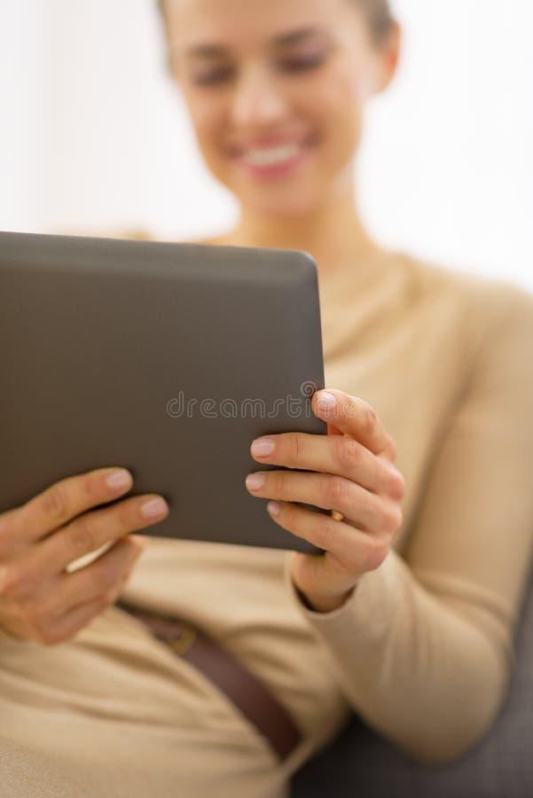 在使用片剂个人计算机的少妇的特写镜头 免版税库存照片