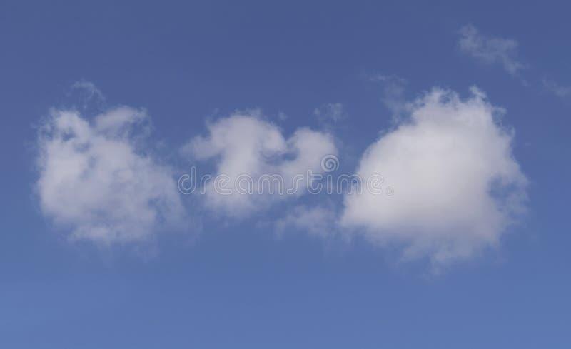 在使目炫蓝色沙漠天空的棉花球云彩 免版税库存照片