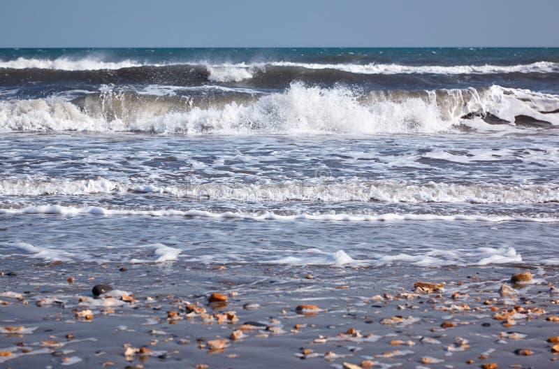 在侏罗纪海岸海滩的海浪 Lyme regis 西多塞特,英国 免版税库存照片