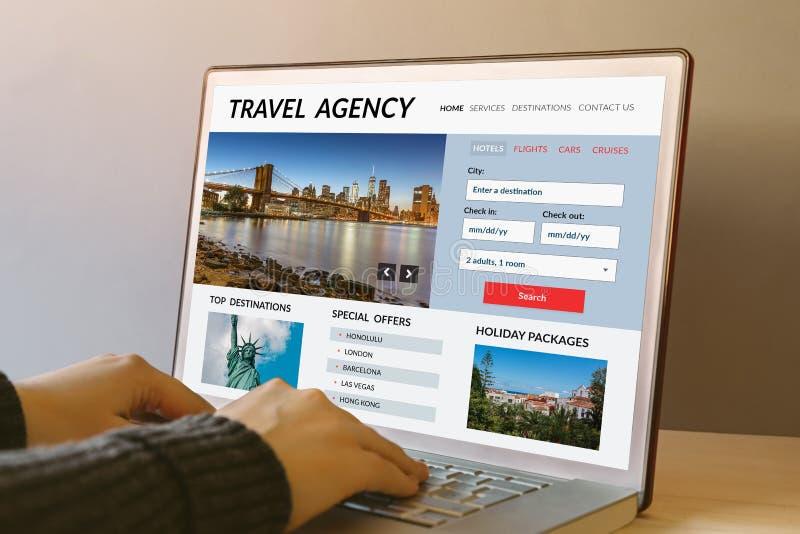 在便携式计算机屏幕上的旅行社概念 库存图片
