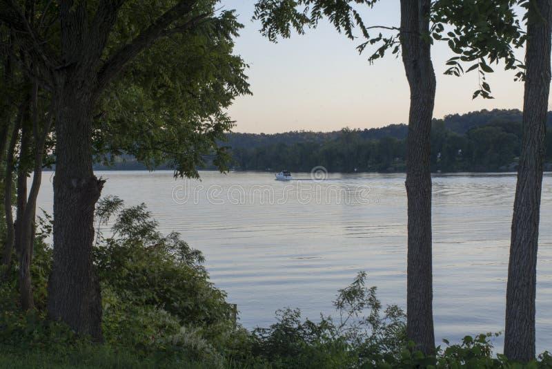 在俄亥俄河的小船 库存照片