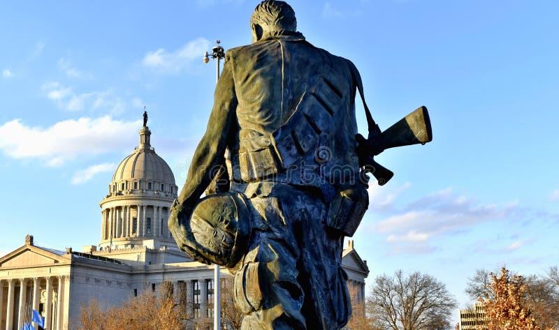 在俄克拉何马国家资本旁边的越战纪念碑 免版税库存图片