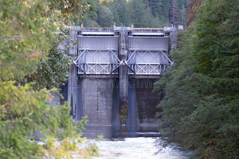 在俄勒冈河的钢堤坝水坝 免版税库存照片