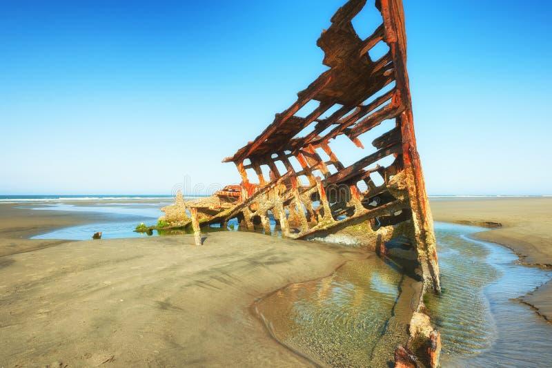 在俄勒冈海岸的彼得Iredale海难 免版税库存图片