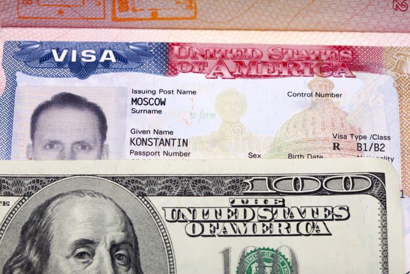 在俄国国际护照和美元的页的美国签证 库存照片