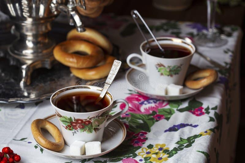 在俄国样式的茶从俄国式茶炊 免版税库存照片