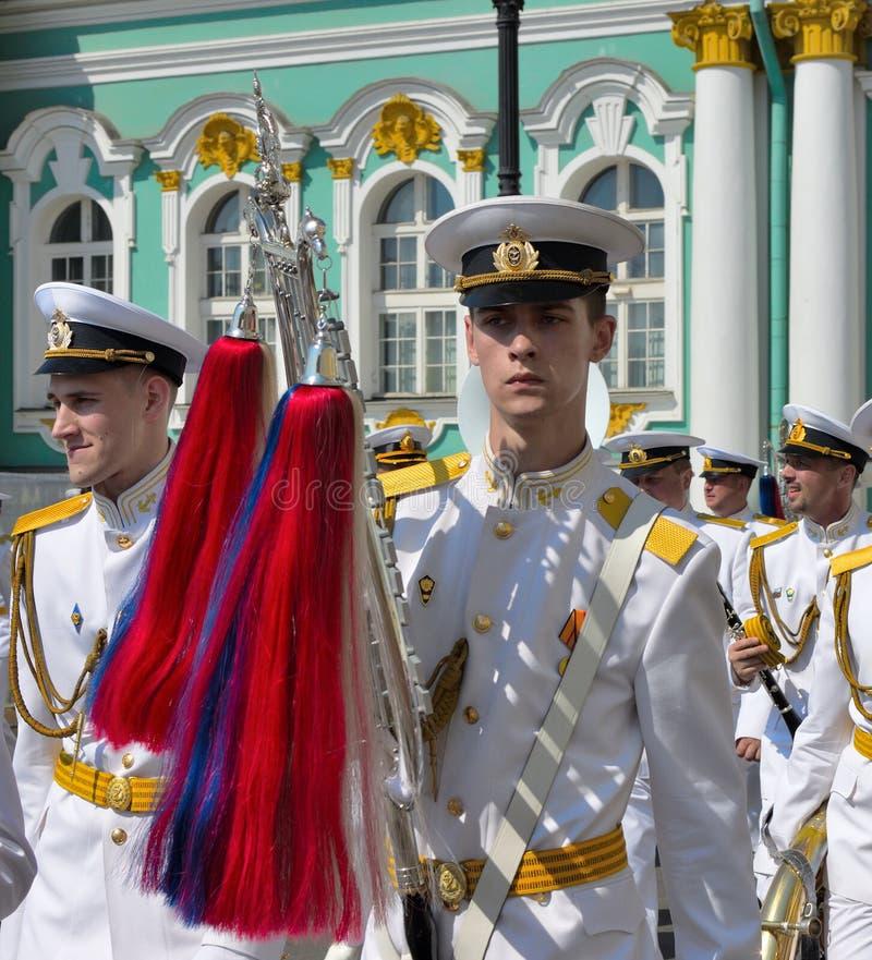 在俄国海军的游行的旗子持票人 图库摄影