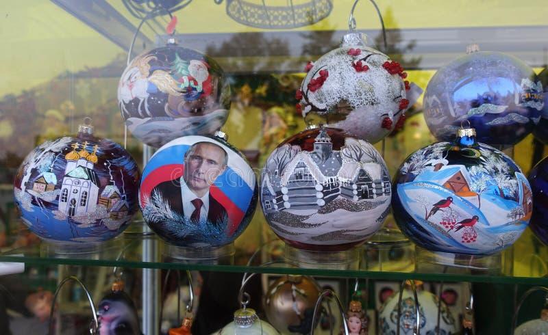 在俄罗斯的题材的被绘的圣诞节球 免版税库存照片