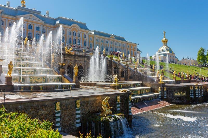 在俄罗斯附近的旅行 喷泉中央小瀑布在Peterhof公园 库存图片