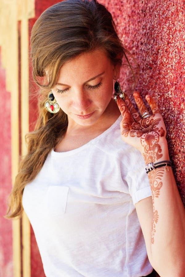 在俏丽的女孩的手上的Mehendi 库存照片