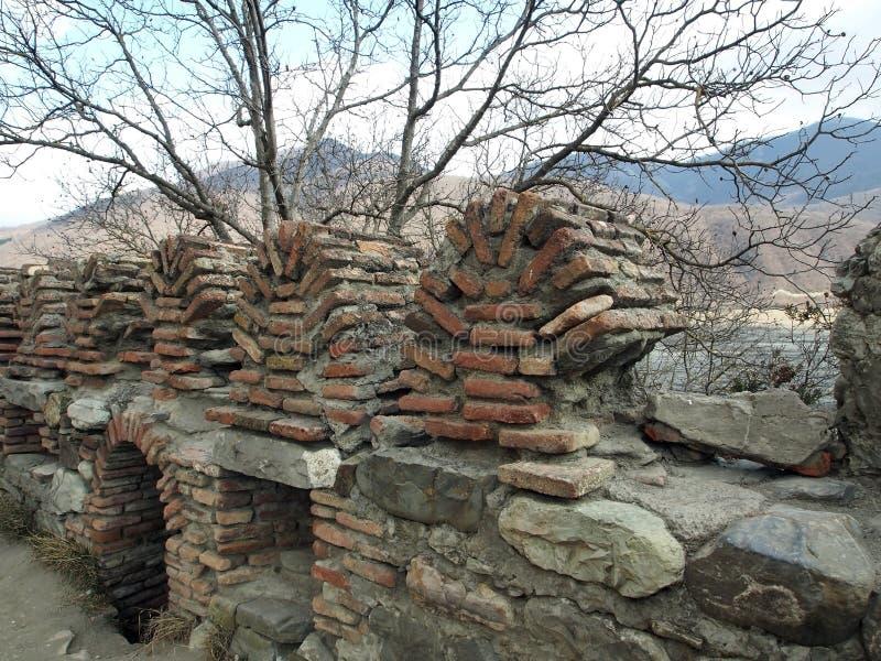 在保佑的贞女的做法的教会的附近城垛在Ananuri 库存图片