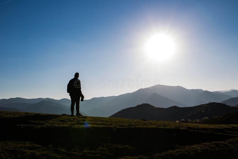 在保加利亚剪影,罗多彼山脉的山 免版税库存照片
