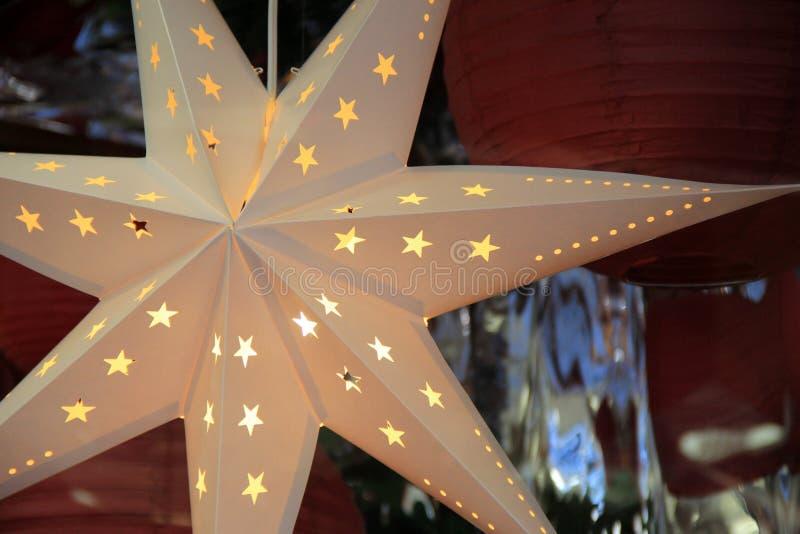 在保险开关垂悬在商店窗口里的星装饰品的美好的细节 免版税库存图片