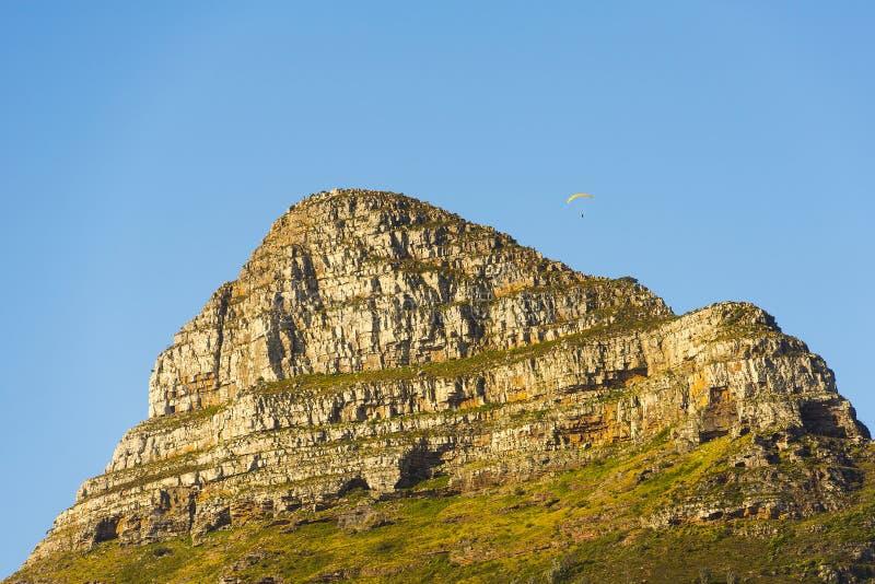 在信号小山的滑翔伞在开普敦南非 免版税库存照片