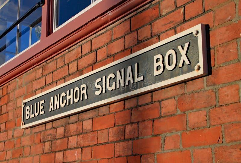 在信号房一边的标志在西方萨默塞特遗产铁路的蓝色船锚 库存照片