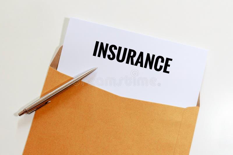在信封的保险与在桌上的笔-企业概念 免版税库存照片