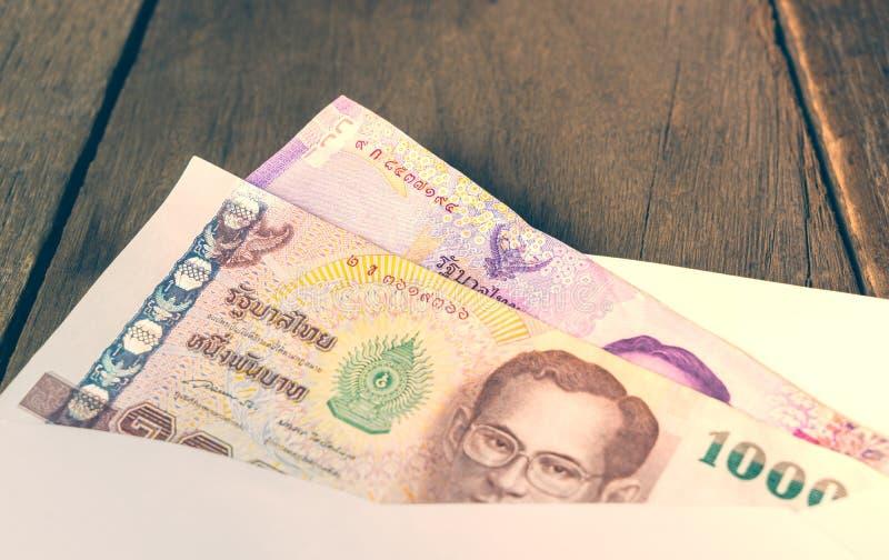 在信封的泰国金钱笔记 库存图片