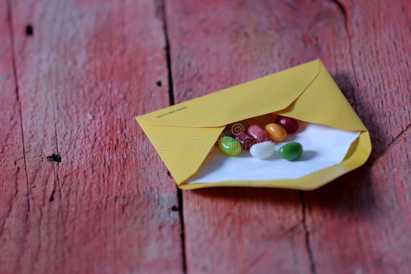 在信封的糖果 库存照片