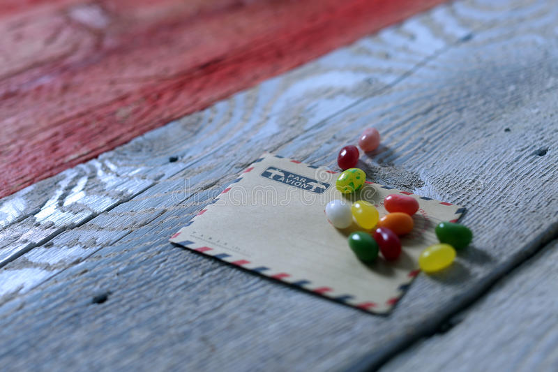 在信封的糖果 免版税库存图片