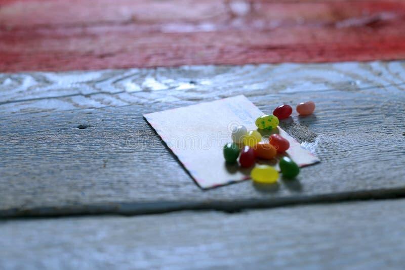 在信封的糖果 图库摄影