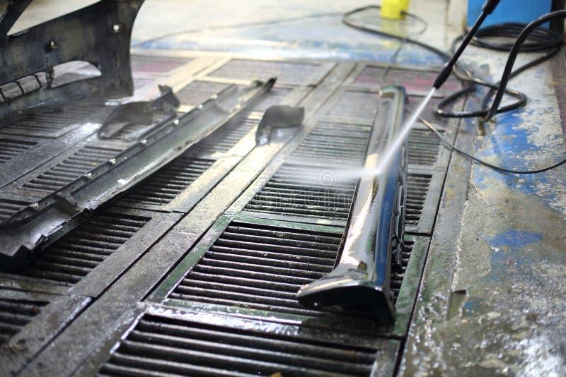 在修理前的洗涤的汽车零件 免版税库存照片