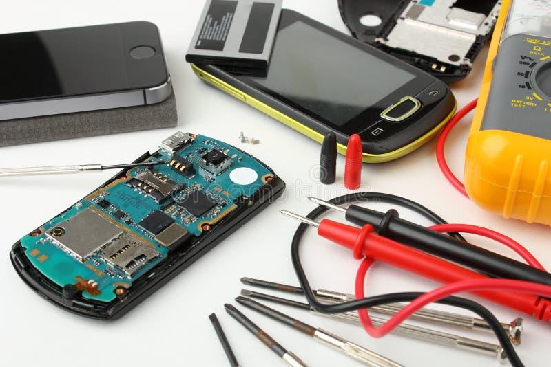 在修理打破的智能手机和手机 免版税库存图片