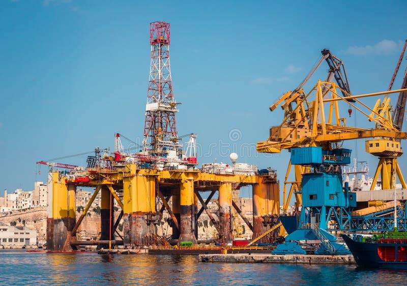 在修理的石油平台 免版税库存图片