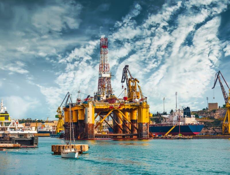 在修理的石油平台 免版税图库摄影