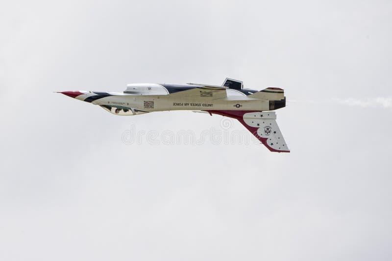 在修补破铜铁者波普空军基地的被倒置的雷鸟喷气机 免版税库存照片