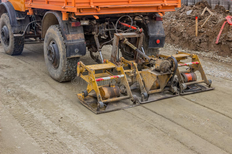 在修路站点的卡车变紧密的石渣 库存图片