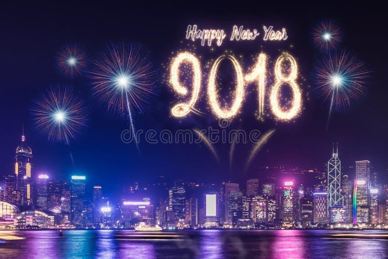 在修造在海附近的都市风景的新年好2018年烟花在 免版税库存照片