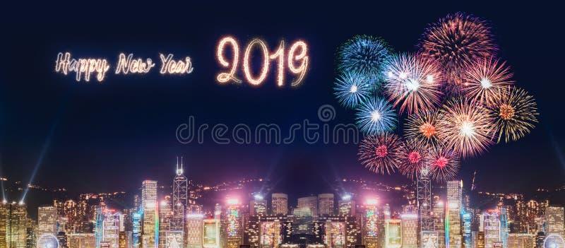在修造在海附近的都市风景的新年好2019年烟花在 免版税图库摄影
