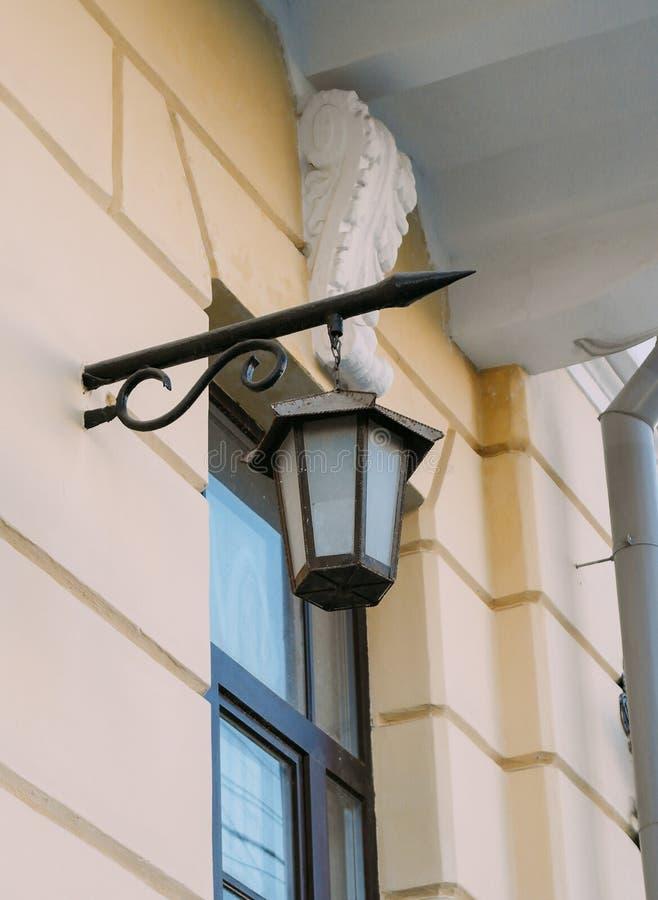 在修造的墙壁的街灯 免版税库存图片
