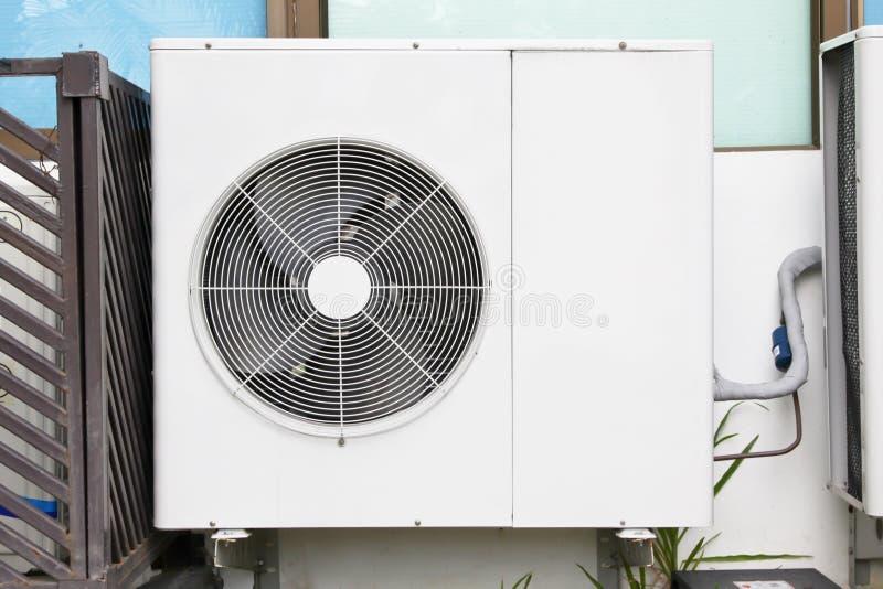 在修造的空调器设施在玻璃窗附近之外 免版税库存图片