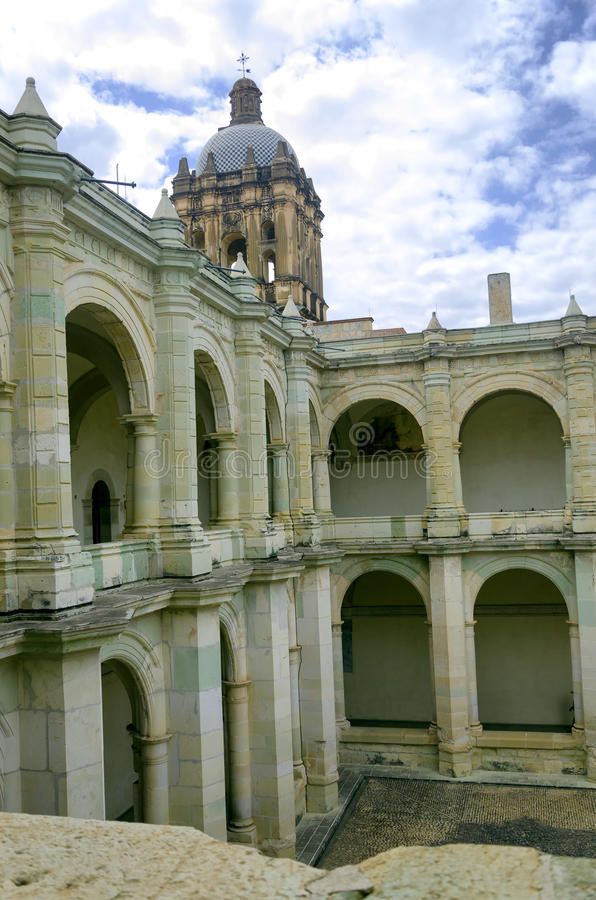 在修道院里面的建筑学在瓦哈卡,墨西哥 免版税库存照片