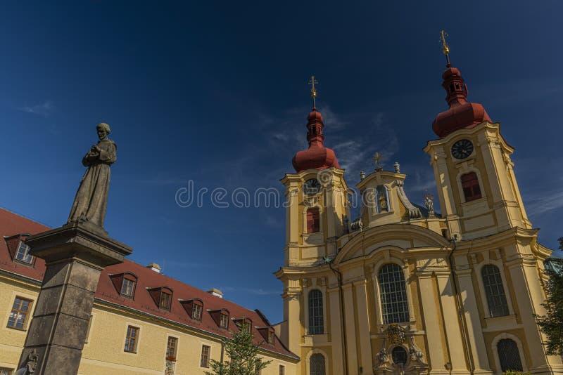 在修道院附近的老教会在海尼采镇在北部波希米亚 免版税图库摄影