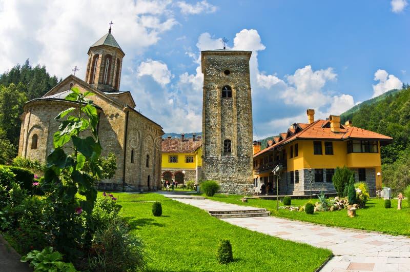 在修道院围住的13世纪RaÄ 里面的教会围场 免版税库存照片