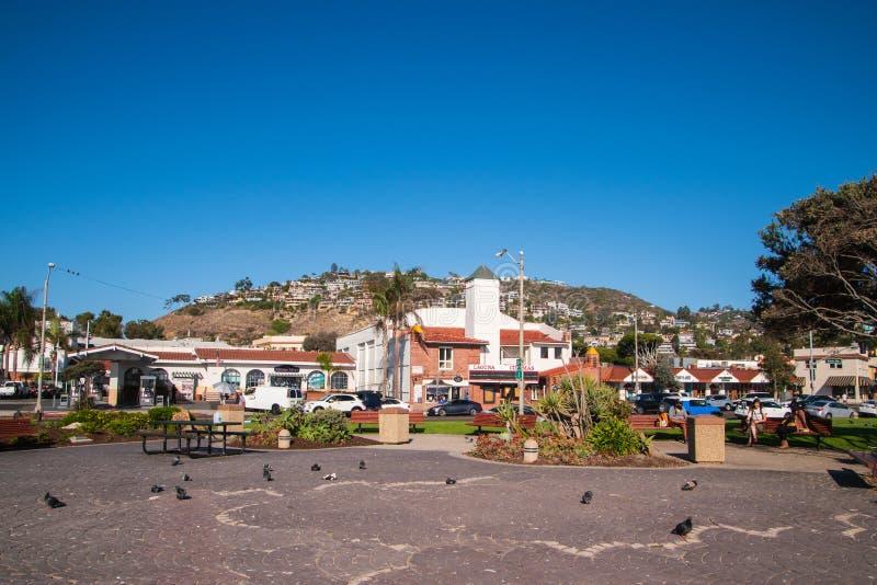 在俯视一个小公园的山一边的住房开发 图库摄影