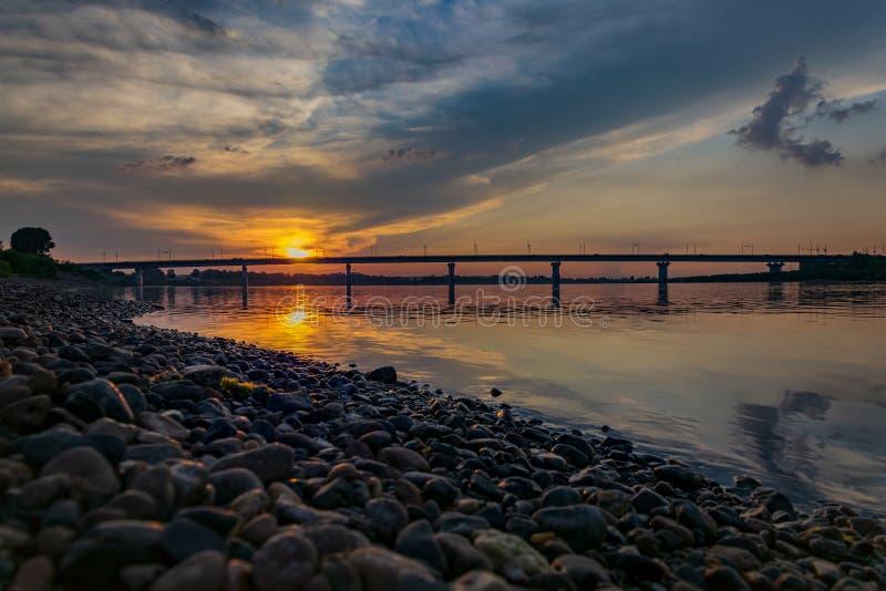 在俯视桥梁的河的日落 免版税图库摄影