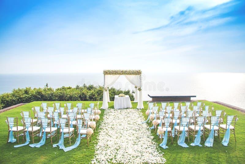 在俯视海洋的甲板的婚礼美丽的景色 免版税库存图片