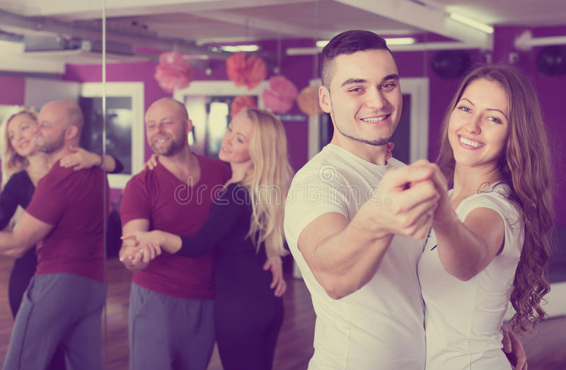 在俱乐部的小组跳舞 免版税库存照片