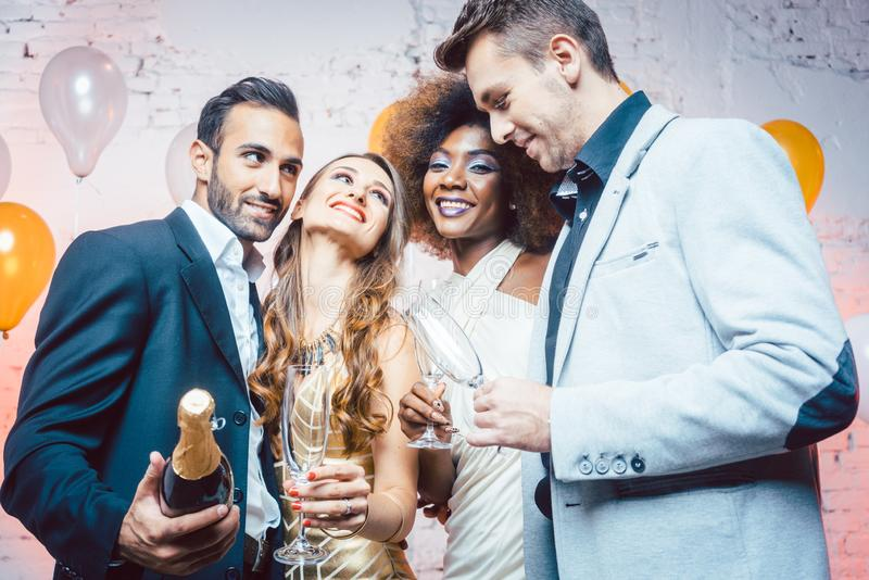 在俱乐部跳舞的夫妇到半夜12点里 免版税库存图片